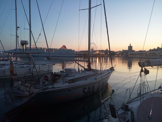 Muelle Uno porto turistico di Malaga al tramonto